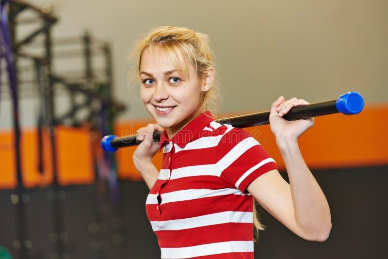 妇女用在健身健身房的棍子 免版税库存照片