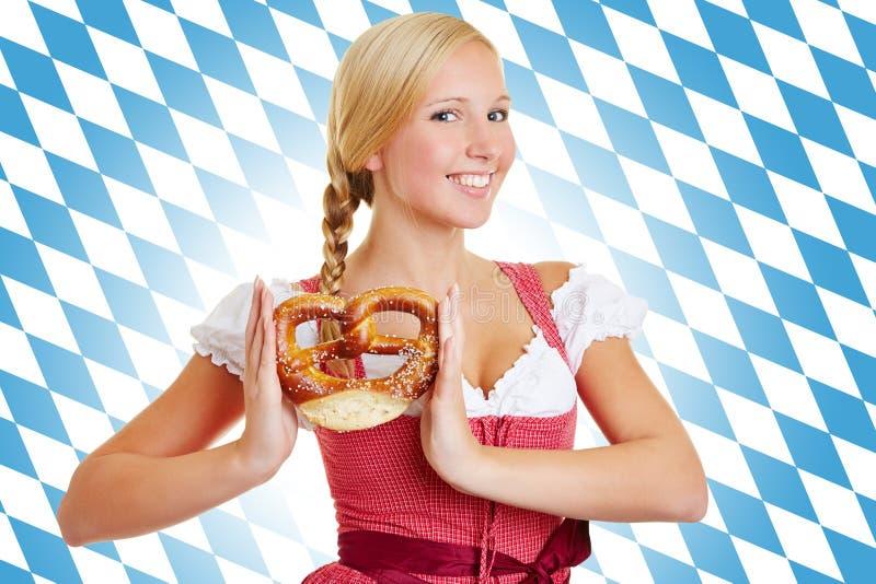 妇女用在少女装的椒盐脆饼 免版税库存图片