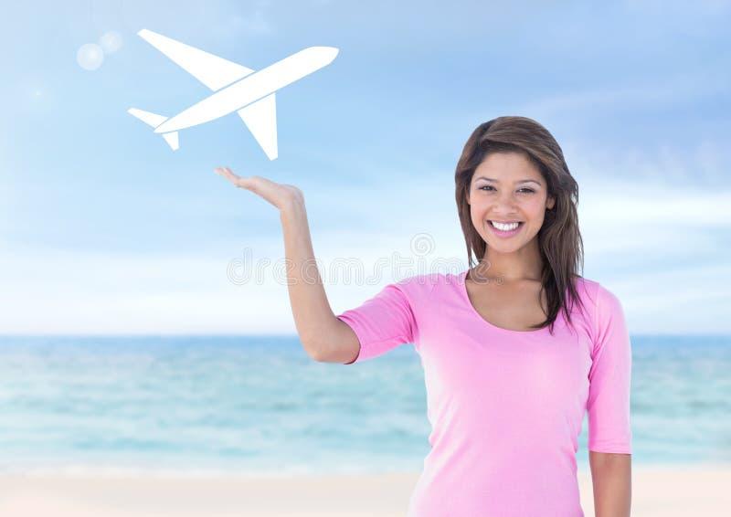 妇女用在平面假日象下的开放棕榈手在海滩 免版税库存照片