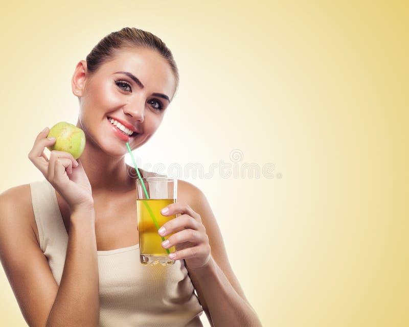 妇女用在白色背景的苹果汁。概念素食主义者d 免版税库存照片