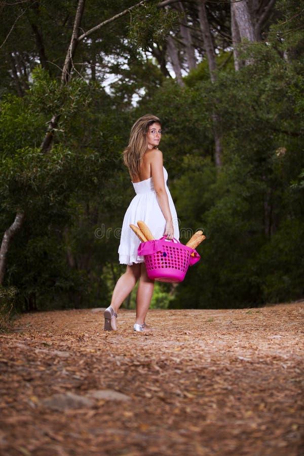 妇女用在篮子的面包 免版税库存照片