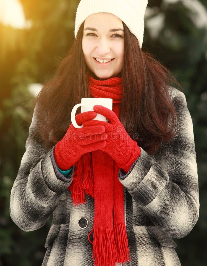 妇女用户外热的咖啡在冬天 免版税库存照片