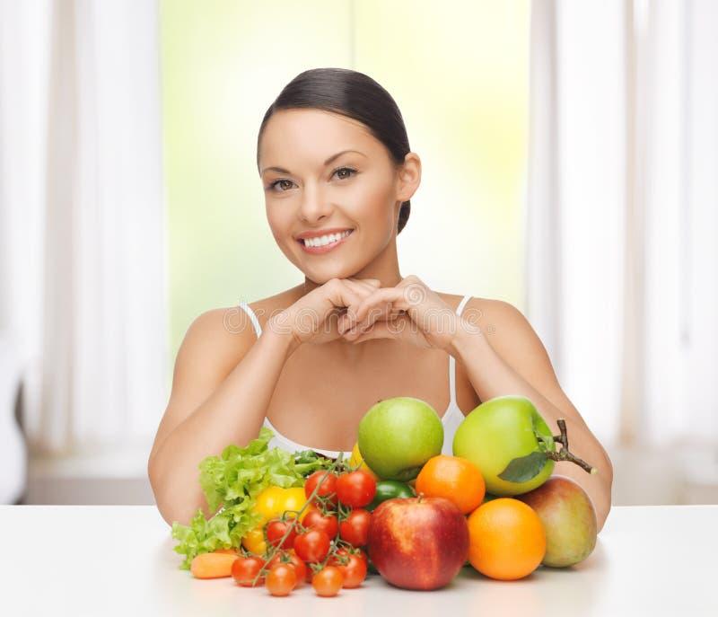 妇女用新鲜的水果和蔬菜 图库摄影
