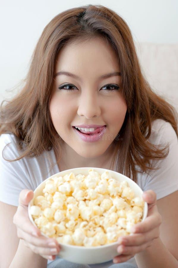 妇女用玉米花 图库摄影