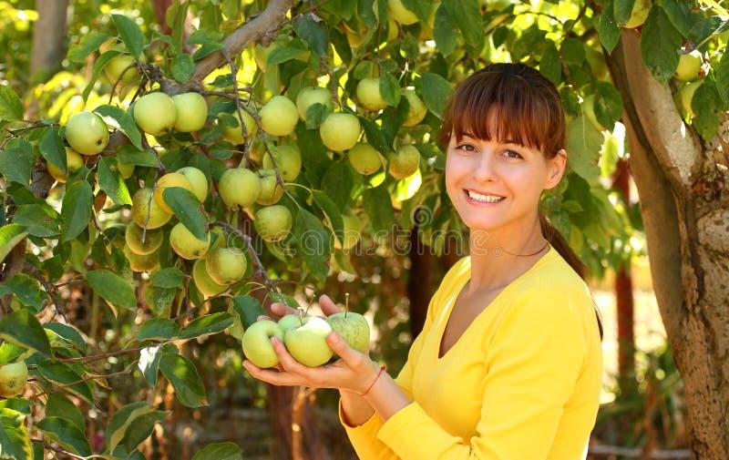 妇女用苹果 库存照片