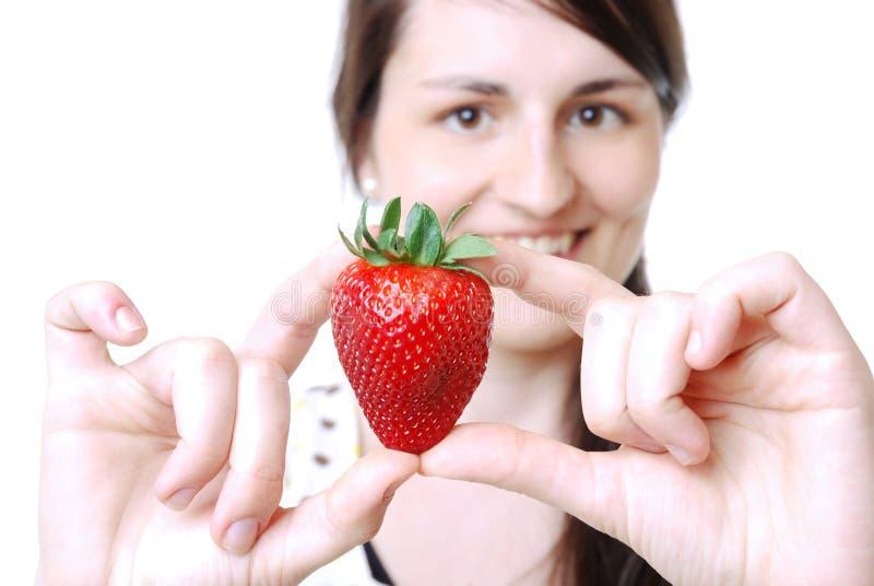 妇女用草莓 免版税图库摄影