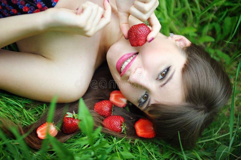 妇女用草莓 免版税库存照片