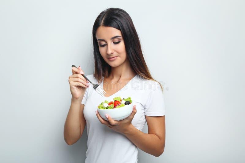妇女用菜沙拉 图库摄影