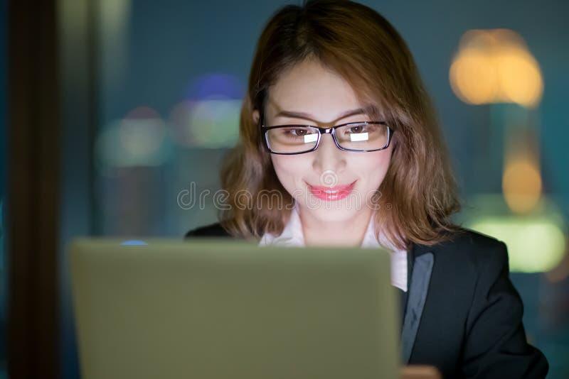 妇女用途笔记本工作 免版税库存照片