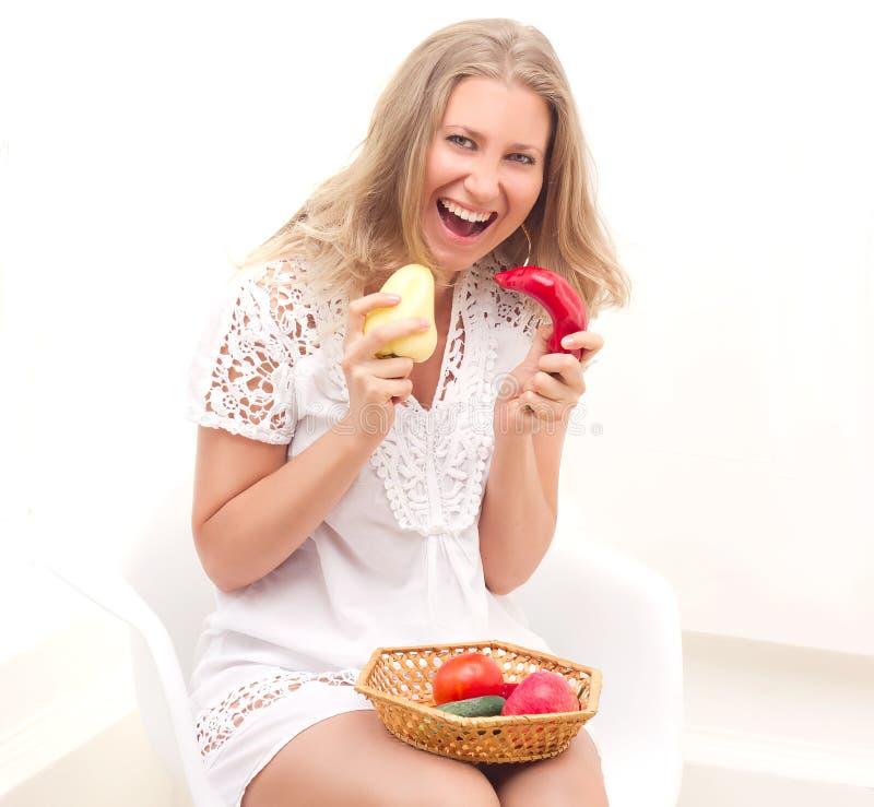 妇女用水果和蔬菜 库存照片