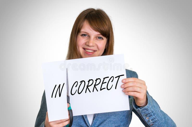 妇女由剪刀的切口纸有不正确词的 免版税图库摄影