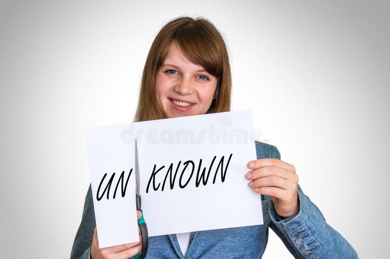 妇女由剪刀的切口纸有未知的词的 库存图片