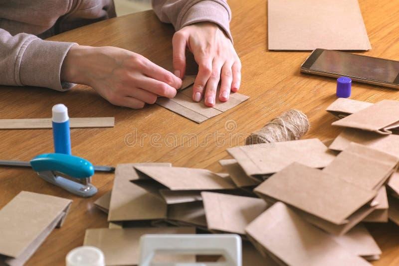 妇女由牛皮纸做圣诞节出现日历的一个袋子 库存图片