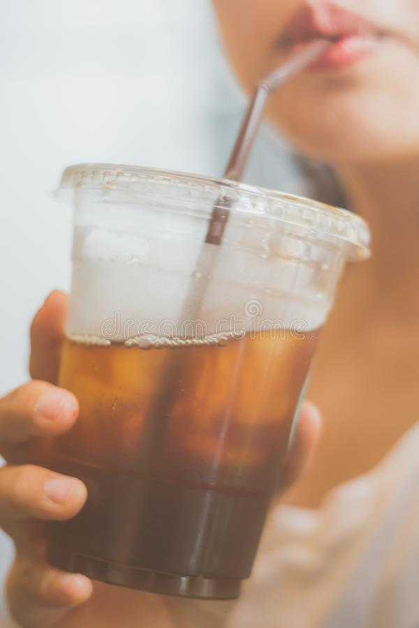 妇女由秸杆喝无奶咖啡 库存照片
