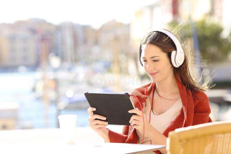 妇女电子教学观看的讲解在网上 免版税库存照片