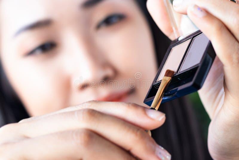 妇女画眼眉 免版税图库摄影