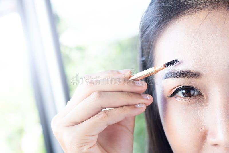 妇女画眼眉 库存图片