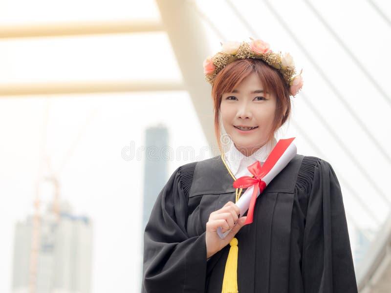 妇女画象在她的毕业典礼举行日 免版税图库摄影