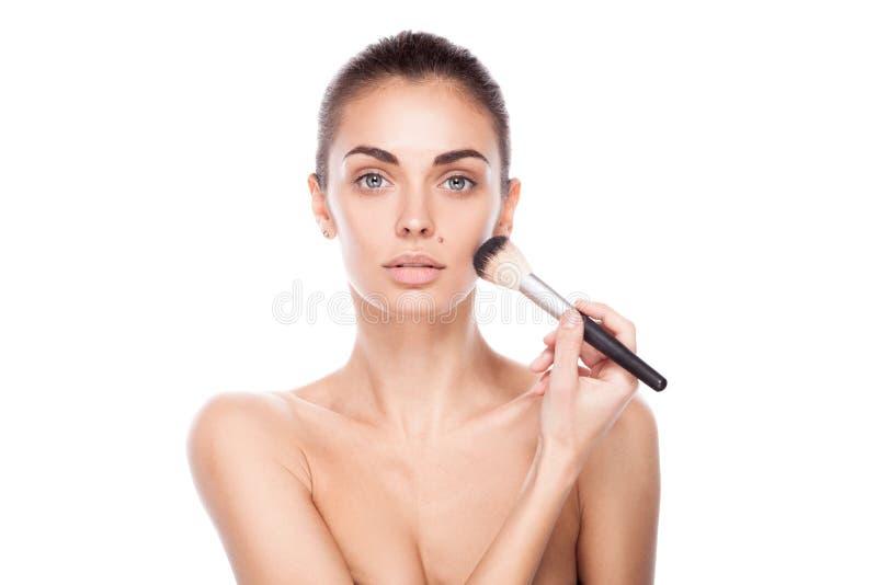 妇女画象有构成刷子的在她的面孔附近 库存图片