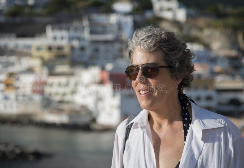 妇女画象有灰色头发的在下午阳光下 免版税库存图片