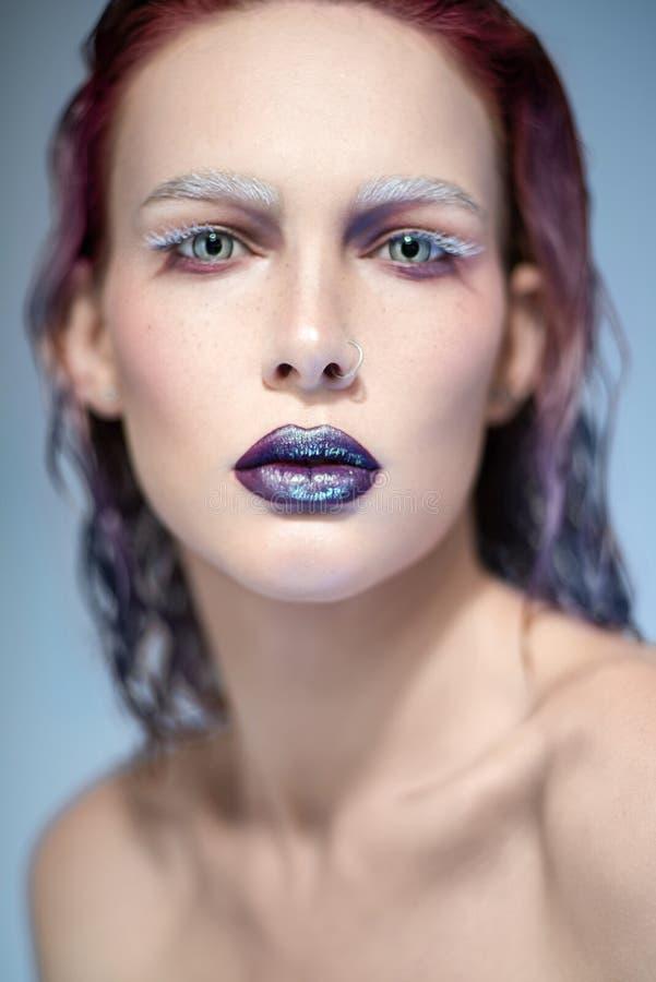 妇女画象有贯穿的圆环的在鼻子 免版税图库摄影