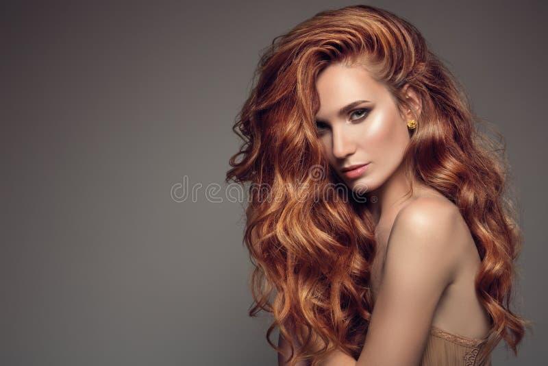 妇女画象有长的卷曲美丽的姜头发的 图库摄影