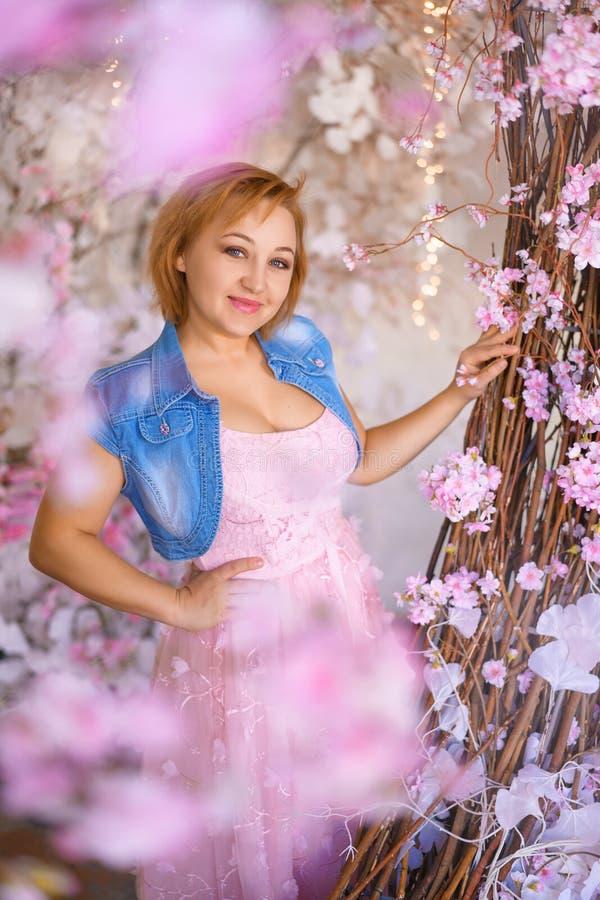 妇女画象桃红色礼服的在粉色反弹心情 库存照片