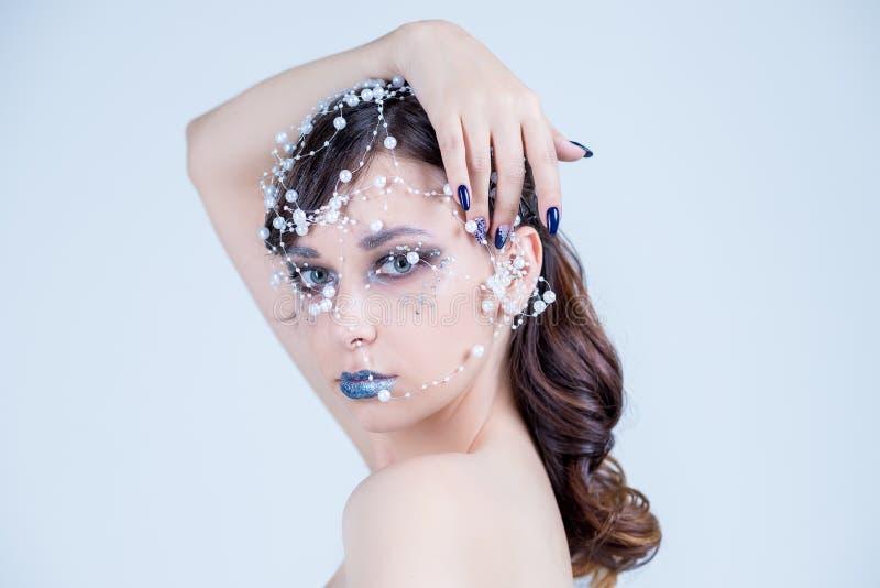 妇女画象模型的选美皇后关闭 首饰由小珠做成,水晶项链银窒息物 发型浅黑肤色的男人 免版税库存照片