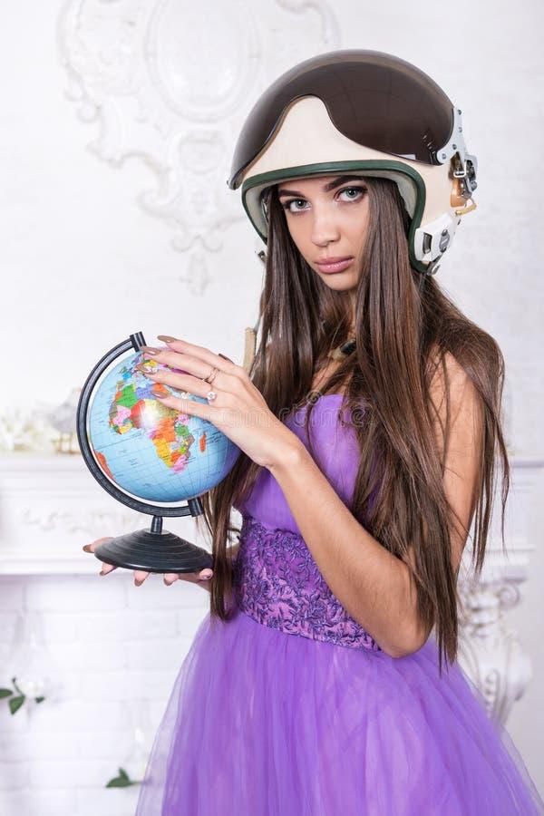 妇女画象盔甲的与地球 免版税库存图片