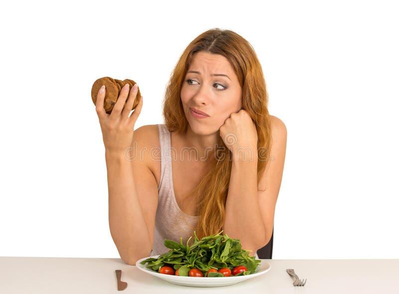 妇女疲倦于热衷曲奇饼的饮食制约 免版税库存图片