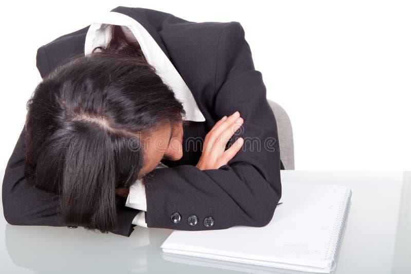 妇女疲倦睡着 免版税库存图片