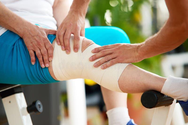 妇女痛苦的关闭从膝盖痛苦 库存图片