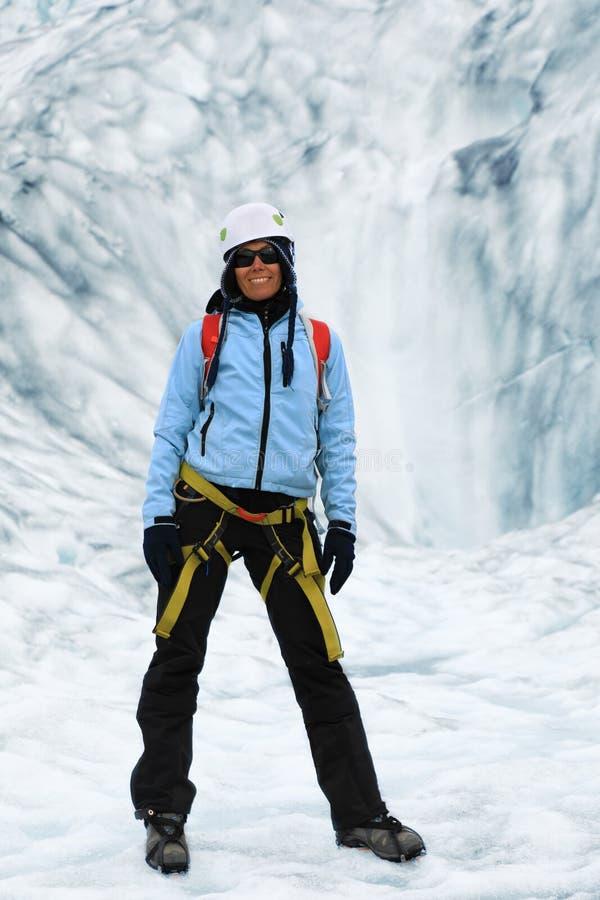 妇女登山人在冰川的裂缝站立 库存图片
