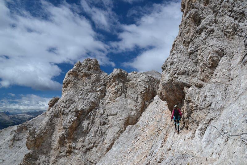 妇女登山人在Ivano Dibona道路走 库存图片