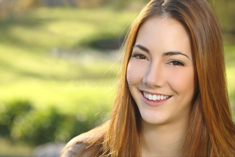 妇女白色微笑牙齿保护的画象 免版税库存图片