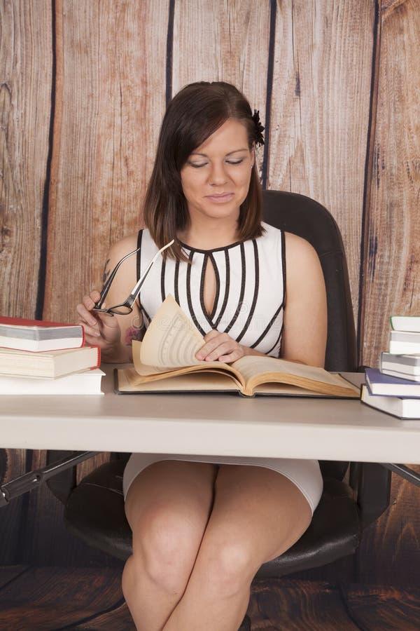 妇女白色礼服办公室书玻璃微笑 库存照片