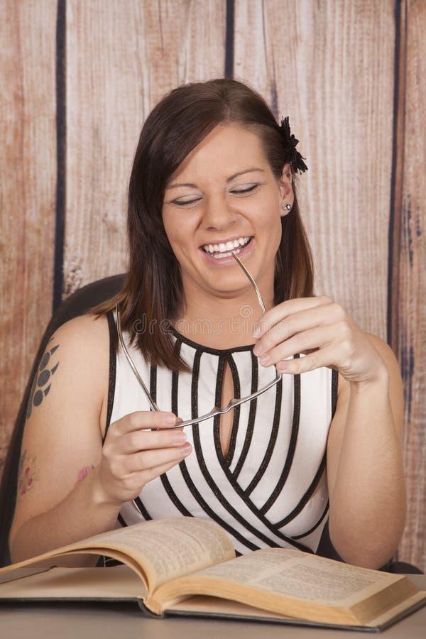 妇女白色礼服办公室书玻璃笑 免版税库存图片
