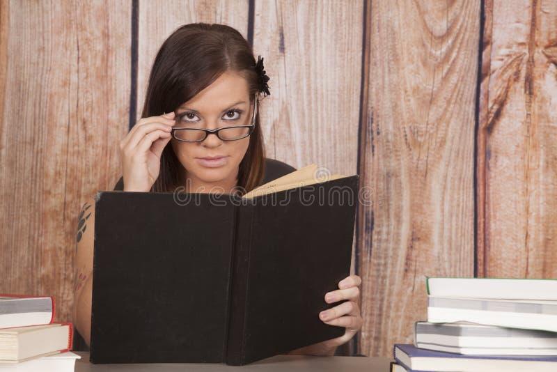 妇女白色礼服办公室书玻璃预定  免版税库存图片