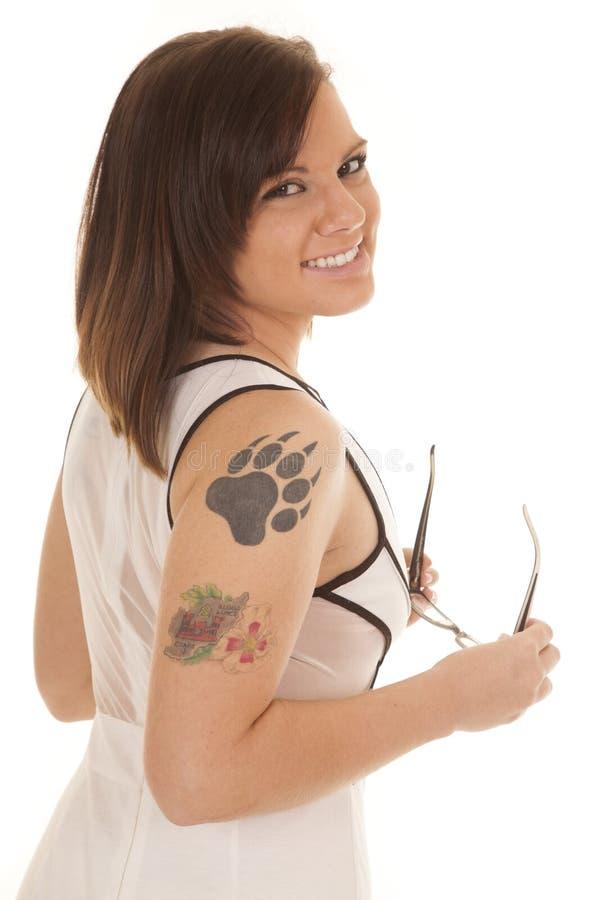 妇女白色礼服爪纹身花刺边玻璃微笑 库存照片