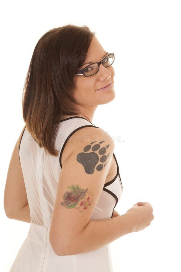 妇女白色礼服爪纹身花刺边玻璃 图库摄影