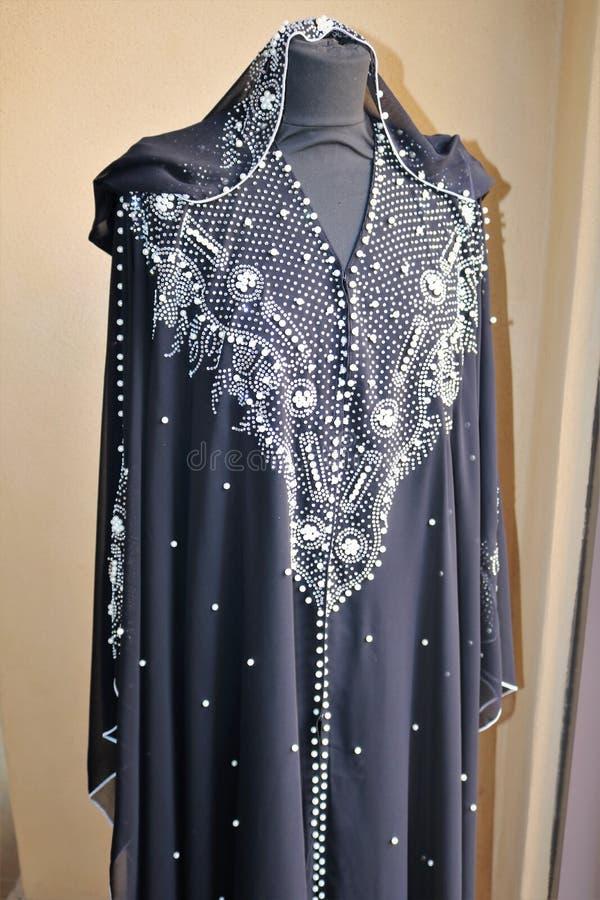 妇女的传统阿拉伯礼服在市场上在迪拜 免版税库存照片