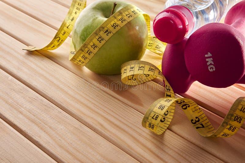妇女的体育和营养概念木头的举起了看法 免版税库存图片