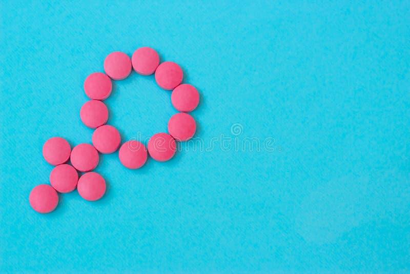 妇女的医学 更年期、pms、月经或者女性荷尔蒙概念 女性健康 由药片做的性别标志或 库存图片