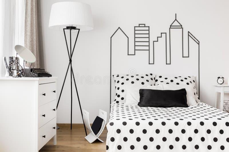 妇女的卧室的舒适角落 免版税库存图片