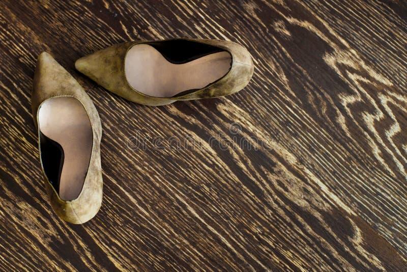 妇女的在木地板上的鞋子立场 免版税库存照片