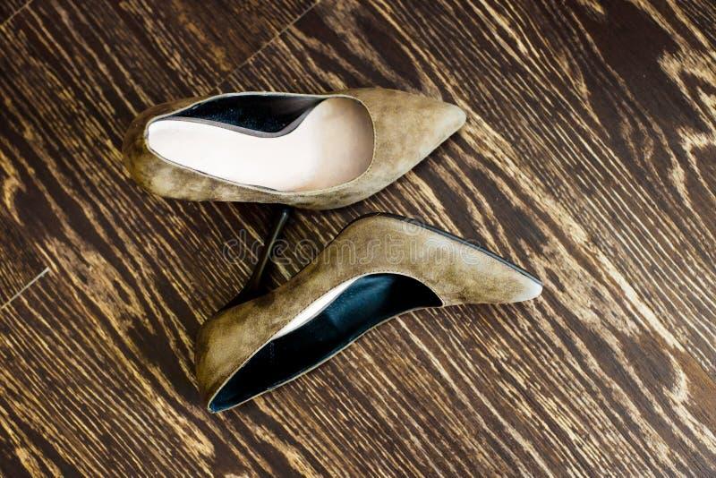 妇女的在木地板上的鞋子立场 库存图片