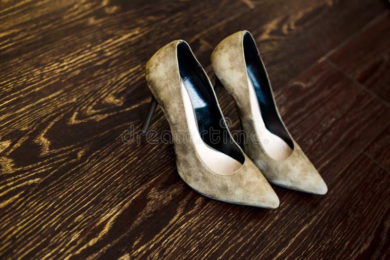 妇女的在木地板上的鞋子立场 免版税库存图片