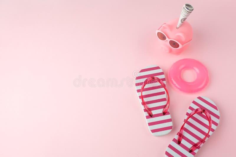 妇女的在轻的粉红彩笔背景的海滩啪嗒啪嗒的响声 海滩夏天概念和假日概念,顶视图, 免版税库存图片