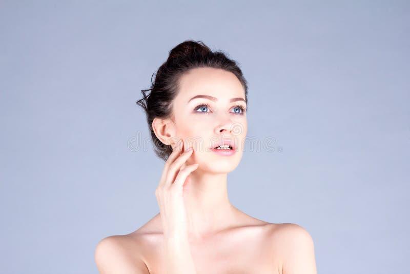 妇女的干净和新面孔 美丽的妇女感人的面颊 结果脸面护理 免版税库存图片