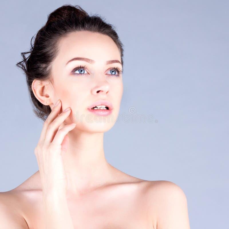 妇女的干净和新面孔 美丽的妇女感人的面颊 结果脸面护理 免版税图库摄影